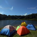 Pengunjung bertenda di bibir Telaga Tambing. Pada hari libur, bibir telaga ini dipenuhi dengan tenda-tenda aneka warna.