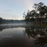 Sebagian pengunjung mulai tersadar akan suguhan panorama telaga di pagi hari yang sangat memikat dengan kabut yang memenuhi permukaan air telaga.