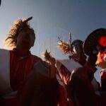 Sejumlah penari memainkan ritual Manimbong saat terjadi Gerhana Matahari Total (GMT) di pegunungan Matantimali, Sigi, Sulawesi Tengah, Rabu (9/3).