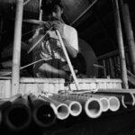 Mengukur bambu untuk pembuatan lalove.