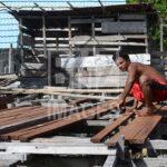 Seorang bapak suku Bajo merangkai kayu-kayu untuk membuat rumah panggung di Pulau Kabalutan, Kepulauan Togean, Tojo Unauna, Sulawesi Tengah. ANTARAFOTO/Basri Marzuki/18