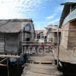 Keluarga suku Bajo bercengkrama di depan rumah di Pulau Kabalutan, Kepulauan Togean, Tojo Unauna, Sulawesi Tengah. ANTARAFOTO/Basri Marzuki/18