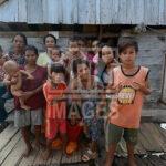 Ibu-ibu suku Bajo berpose bersama anak-anaknya di sela-sela menunggu suaminya pulan melaut di Pulau Kabalutan, Kepulauan Togean, Tojo Unauna, Sulawesi Tengah. ANTARAFOTO/Basri Marzuki/18