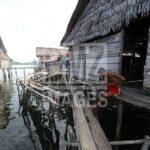 Seorang warga suku Bajo meraut panah yang akan digunakan berburu ikan di Pulau Kabalutan, Kepulauan Togean, Tojo Unauna, Sulawesi Tengah. ANTARAFOTO/Basri Marzuki/18