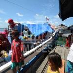 Sejumlah warga suku Bajo menaik ikapal penumpang umum yang akan mengangkutnya ke pulau seberang di Pulau Kabalutan, Kepulauan Togean, Tojo Unauna, Sulawesi Tengah. ANTARAFOTO/Basri Marzuki/18