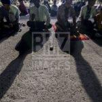 Sejumlah umat Muslim melaksanakan salat magrib yang dilanjutkan dengan zikir di Anjungan Pantai Talise Palu, Sulawesi Tengah, Senin (31/12/2018).