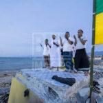 Sejumlah umat Muslim berdoa usai melaksanakan salat magrib yang dilanjutkan dengan zikir di Anjungan Pantai Talise Palu, Sulawesi Tengah, Senin (31/12/2018).