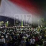 Sejumlah umat Muslim melaksanakan zikir di Anjungan Pantai Talise Palu, Sulawesi Tengah, Senin (31/12/2018).