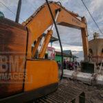 Sebuah alat berat bersiap mendorong KM Sabuk Nusantara 39 kembali ke laut di Pelabuhan Wani, Donggala, Sulawesi Tengah, Selasa (5/2/2019).