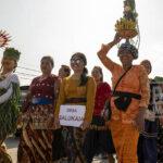 Sejumlah warga membawa hasil pertaniannya pada karnaval pembukaan Festival Mosintuwu di Tentena, Poso, Sulawesi Tengah, Kamis (31/10/2019).