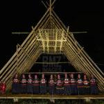 "Sejumlah warga suku Pamona dari Desa Tomahipi menyanyikan lagu ""Oh Tampo Lore"""" pada Festival Mosintuwu (Kebersamaan) di Tentena, Kabupaten Poso, Sulawesi Tengah, Jumat (1/11/2019) malam."
