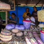 Sejumlah warga suku Pamona bertransaksi di Pasar Desa pada Festival Musintuwu (Kebersamaan) di Tentena, Poso, Sulawesi Tengah, Jumat (1/11/2019).