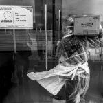 Seorang petugas medis mengangkat logistik untuk kebutuhan Ruang Isolasi Pasien Dalam Pengawasan (PDP) di Rumah Sakit Undata, Palu, Sulawesi Tengah, Minggu (15/3/2020).